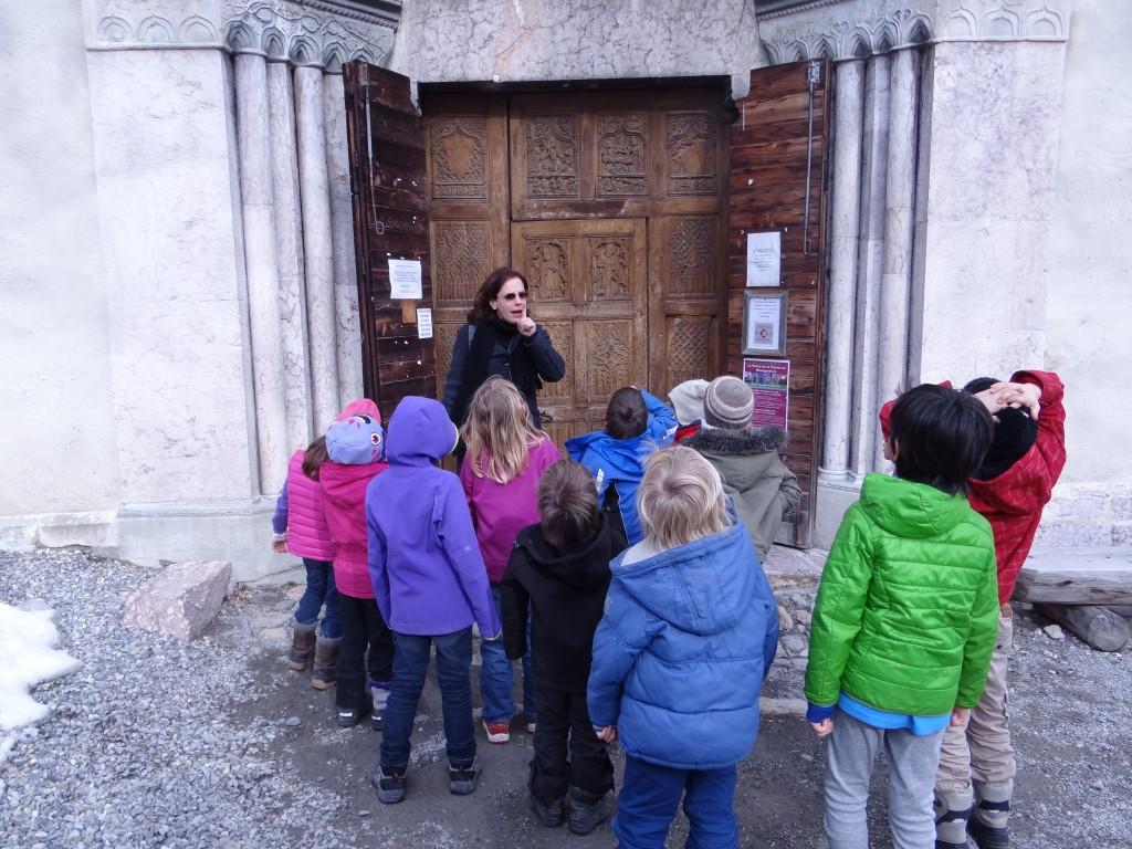 Les GS et CP de Névache découvrent l'église Saint-Marcellin.